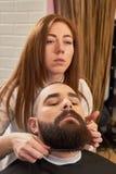 Żeński fryzjer męski pracuje z klientem Obraz Stock
