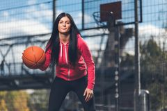 Żeński gracz koszykówki trenuje outdoors na sądzie lokalnym Fotografia Royalty Free