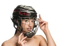 Żeński gracz w hokeja w hełmie i masce zdjęcia stock