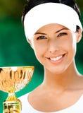 Żeński gracz w tenisa wygrywał filiżankę Zdjęcia Stock