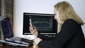 Żeński handlowiec radzi klienta na wideo komunikaci dla pracy na crypto giełdzie papierów wartościowych dopatrywanie wymiana walu zbiory