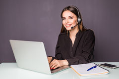 Żeński helpline operator z hełmofonami i laptopem w biurze obrazy stock