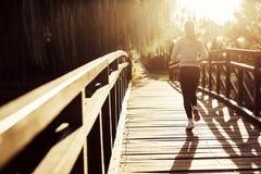 Żeński jogger ćwiczy outdoors fotografia royalty free