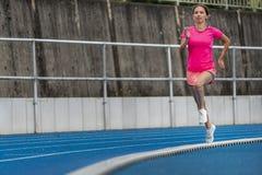 Żeński jogger na błękitnym śladzie zdjęcie royalty free