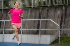 Żeński jogger na błękitnym śladzie fotografia royalty free