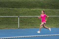 Żeński jogger na błękitnym śladzie zdjęcie stock