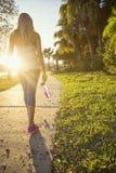 Żeński jogger w miasto parka widoku od behind zdjęcia stock