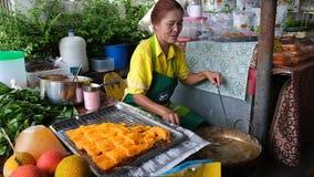 Żeński karmowy sprzedawca przygotowywa cukierki strzępiącego jajecznego yolk zdjęcie wideo