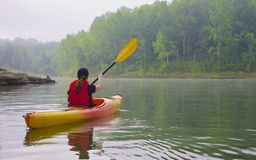 Żeński kayaker na jeziorze Fotografia Royalty Free