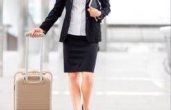 Żeński kierownik trzyma jej pastylkę w biznesowej strefie w o i bagaż Zdjęcie Royalty Free
