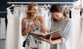 Żeński klient w bridal butiku z krawczyną obraz royalty free