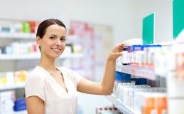Żeński klient wybiera leki przy apteką zdjęcia stock