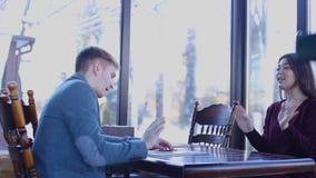 Żeński klienta mówienie z nieruchomość maklerem o nowym mieszkaniu zdjęcie wideo