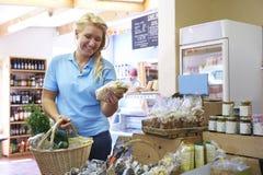 Żeński klienta zakupy W gospodarstwo rolne sklepie obrazy stock