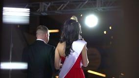 Żeński kobieta finalista piękno konkurs, wykonuje na scenie, zwycięzca chybienie piękna Wszechrzeczy światowy konkurs, diament zbiory wideo