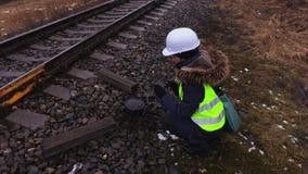 Żeński kolejowy inżynier bierze obrazki kolej zdjęcie wideo