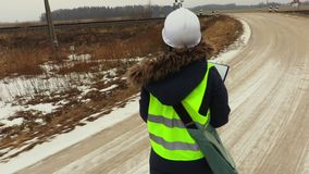 Żeński kolejowy inżynier dostaje gotowy dla pracy zbiory wideo
