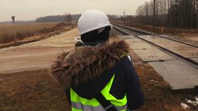 Żeński kolejowy inżynier sprawdza technicznego warunek zbiory wideo