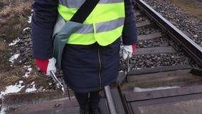 Żeński kolejowy pracownik z wyrwaniami w rękach zbiory wideo