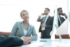Żeński konsultant komunikuje z klientem zdjęcia stock
