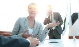 Żeński konsultant komunikuje z klientem zdjęcie stock
