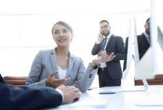 Żeński konsultant komunikuje z klientem zdjęcie royalty free