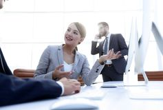 Żeński konsultant komunikuje z klientem obrazy stock