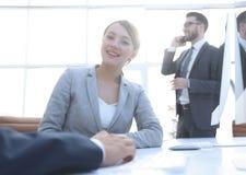 Żeński konsultant komunikuje z klientem obrazy royalty free