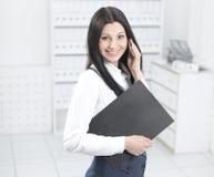 Żeński konsultant opowiada na telefonie komórkowym obraz stock