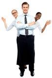 Żeński korporacyjny falowanie cześć podczas gdy mężczyzna stoi wysokiego fotografia stock