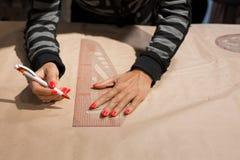 Żeński krawcowych ręk krawczyny oceny rysunek na rzemiosło papierze dla robić wzorowi obraz royalty free