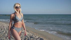 Żeński kuszenie, uwodzicielska kobieta z perfect postacią w kostiumu kąpielowym cieszy się plenerowego odtwarzanie zbiory wideo