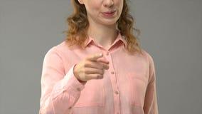 Żeński mówi chybienie ty w szyldowym języku, nauczyciela seansu słowa w asl tutorial zbiory