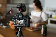 Żeński magnetofonowy kucharstwo odnosić sie blogger transmisja w domu obraz royalty free