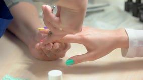 Żeński manicurzysta robi manicure'u zamknięty up zbiory