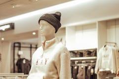Żeński mannequin ubierał w ulicznym stylu odziewa w sklepie obraz stock