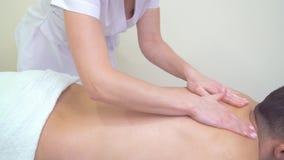 Żeński masażysta używa aromata olej dla moisturing samiec plecy dla relaksującego masażu zdjęcie wideo