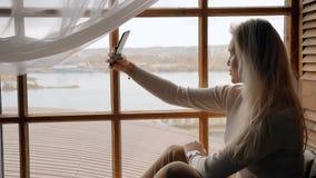 Żeński mienia smartphone w rękach i używać wideo wezwanie zbiory wideo