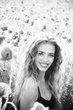 Żeński moda portret z maczkami Makowy ziarno i szczęśliwa dziewczyna z długim kędzierzawym włosy Obrazy Royalty Free
