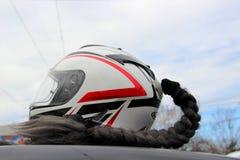 Żeński motocyklu hełm dla sporta roweru z kosą przeciw niebieskiemu niebu zdjęcie royalty free