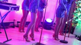 Żeński muzyczny zespół wykonuje na scenie, Piękne dziewczyny z saksofonami na scenie Dziewczyna bawić się saksofon, pięknego zbiory wideo