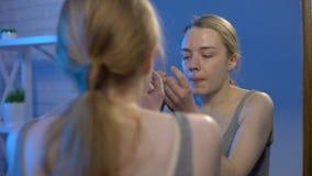 Żeński nastolatek strzela krosty twarz, dezynfekuje płukanką, dojrzałość płciowa hormony zbiory wideo
