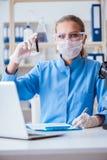 Żeński naukowa badacz prowadzi eksperyment w labora obrazy stock