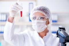 Żeński naukowa badacz prowadzi eksperyment w labora zdjęcie stock