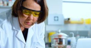 Żeński naukowa doświadczalnictwo w laboratorium 4k zbiory wideo