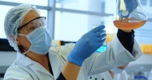 Żeński naukowa doświadczalnictwo w laboratorium 4k zdjęcie wideo