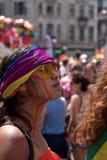 Żeński obserwator ogląda Homoseksualnej dumy paradę z LGBT tęczą malował twarz i chustka na głowę, Londyn 2018 zdjęcie stock