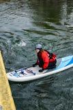 Żeński Paddle intern Iść Pod Roanoke rzeki mostem Zdjęcie Royalty Free