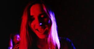 Żeński piosenkarz śpiewa piosenkę na scenie 4k zbiory