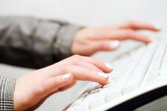 żeński pisać na maszynie ręk Zdjęcia Royalty Free
